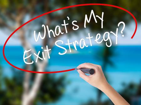 女性の手が私の出口戦略を書くか。ビジュアル画面で黒マーカー。自然に分離されました。ビジネス コンセプトです。ストック フォト