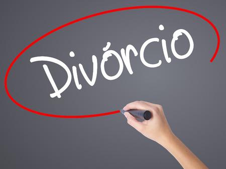 Escritura de la mano de mujer Divorcio (divorcio en portugués) con marcador negro en la pantalla visual. Aislado en gris Concepto de negocio. Foto de stock Foto de archivo - 70688418