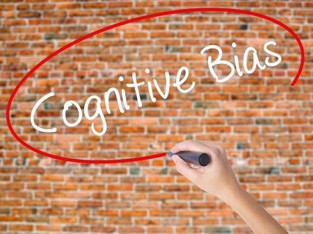 cognicion: Escritura de la mano de la mujer prejuicio cognitivo con marcador negro en la pantalla visual. Aislados en ladrillos. Concepto de negocio. Foto de stock
