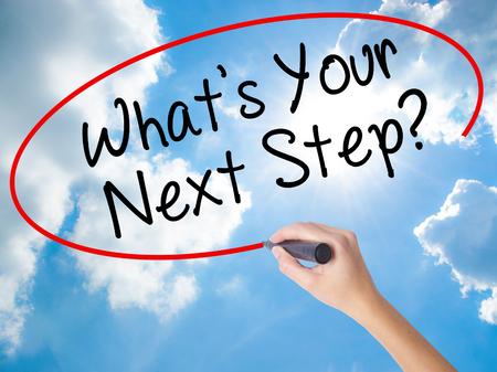女性の手が書くあなたの次のステップは何ですか。ビジュアル画面で黒マーカー。晴れた空上に分離。技術、インターネットの概念を旅行します。