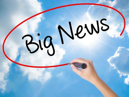 ビジュアル画面に黒のマーカーで女性の手書くビッグ ニュース。晴れた空上に分離。ビジネス、技術、インターネットの概念。