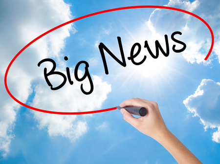 Woman Hand Writing Big News with black marker on visual screen. Isolated on Sunny Sky. Business, technology, internet concept. Stockfoto