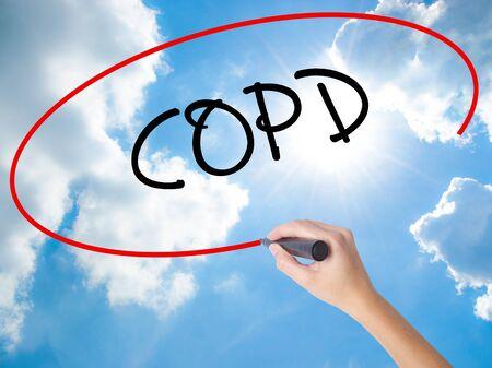 alveolos: Mano de la mujer que escribe COPD con el marcador negro en la pantalla visual. Aislado en el cielo soleado. Concepto de negocio. Foto de stock Foto de archivo
