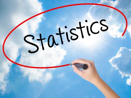 Estadísticas de escritura de mano de mujer con marcador negro en la pantalla visual. Aislado en Sunny Sky. Concepto de negocio. Foto de stock
