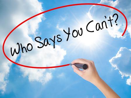 Femme main qui écrit qui dit que tu ne peux pas? avec marqueur noir sur l'écran visuel. Isolé sur ciel ensoleillé. Business, technologie, concept internet. Photo en stock