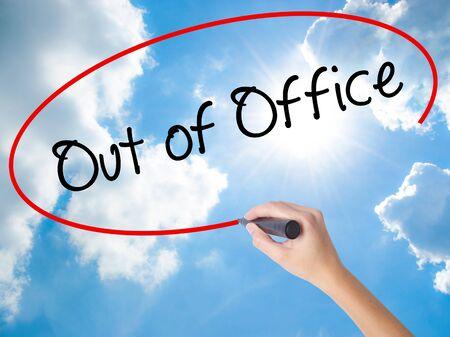 Mulher mão escrita fora do escritório com marcador preto na tela visual. Isolado no céu ensolarado. Conceito de negócios. Foto