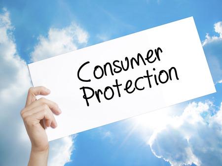 Man hand met papier met tekst consumentenbescherming. Aanmelden op wit papier. Geïsoleerd op Hemelachtergrond. Bedrijfsconcept. Stock foto
