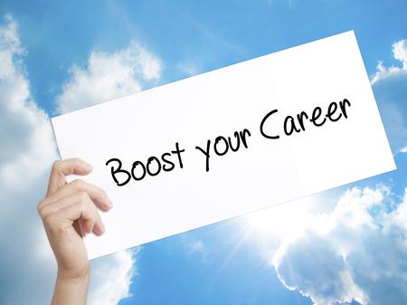 Man Hand met papier met tekst Boost je carrière. Aanmelden op wit papier. Geïsoleerd op Hemelachtergrond. Bedrijfsconcept. Stock foto