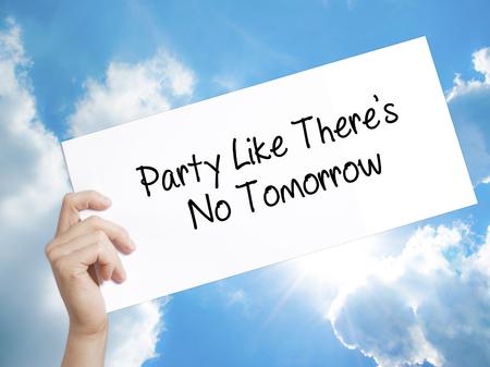 Man mano che tiene la carta con il testo Party Like There's No Tomorrow. Iscriviti su carta bianca. Isolato sullo sfondo del cielo. Isolato su sfondo Affari, tecnologia, concetto di internet. Foto d'archivio