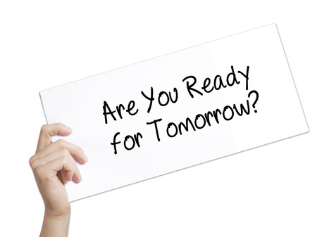Papier met tekst Ben je klaar voor morgen? . Man Hand Holding Sign op wit papier. Geïsoleerd op witte achtergrond Geïsoleerd op achtergrond. Bedrijf, technologie, internet concept. Stock foto
