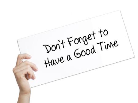 Não se esqueça de ter um bom tempo assinar em papel branco. Mão de homem segurando papel com texto. Isolado no fundo branco. Conceito de negócios. Foto