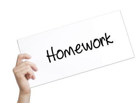 Hausaufgabe Zeichen auf weißem Papier. Man Hand Holding Papier mit Text. Isoliert auf weißem Hintergrund. Technologie, Internet-Konzept.