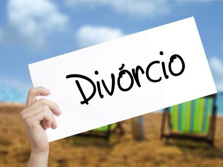 Divorcio (divórcio em Português) Cadastre-se em papel branco. Mão de homem segurando papel com texto. Isolado no fundo de férias. Conceito de negócios. Foto Foto de archivo - 75890263