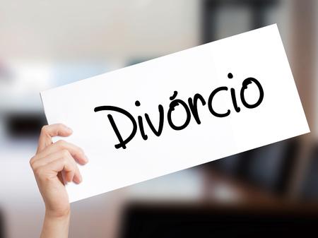 Divorcio (Divorcio en portugués) Firmar en papel blanco. Mano de hombre que sostiene el papel con el texto. Aislado en el fondo de la oficina. Concepto de negocio. Foto de stock Foto de archivo - 78204277