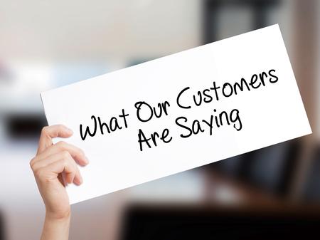 どのような当社顧客が言ってサインオン ホワイト ペーパー。男の手を保持している紙本文。事務所のバック グラウンド上に分離。  ビジネス コン