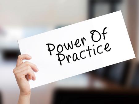 電源の練習サインオン ホワイト ペーパー。男の手を保持している紙本文。事務所のバック グラウンド上に分離。 ビジネス コンセプトです。ストッ