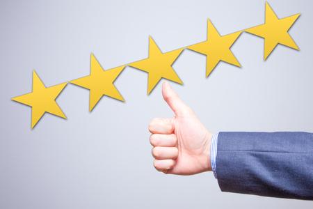 レビュー、評価、ランキング、評価、分類概念。ビジネスマンは会社 5 星評価に満足しています。白で隔離 写真素材