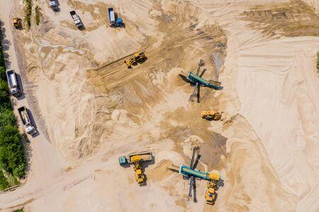 Vue aérienne de l'exploitation minière de sable extrayant une gamme de sables minéraux. Banque d'images