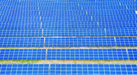 solar panels with the sunny sky. Blue solar panels. background of photovoltaic modules for renewable energy. Aerial view of Solar panels Photovoltaic systems industrial landscape Stockfoto