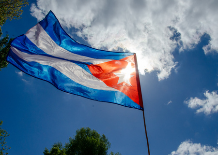 Flag of cuba waving in the air on sunny summer day Imagens