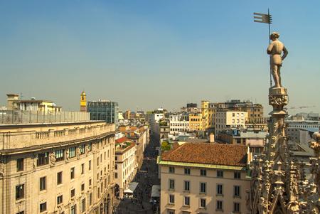 gotico: aguja g�tica en el techo del Duomo de Mil�n con el paisaje de la ciudad como fondo. Mil�n, Italia.