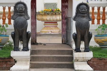Twin Lions Statue, Wat Burapaphiram, Roi-et photo