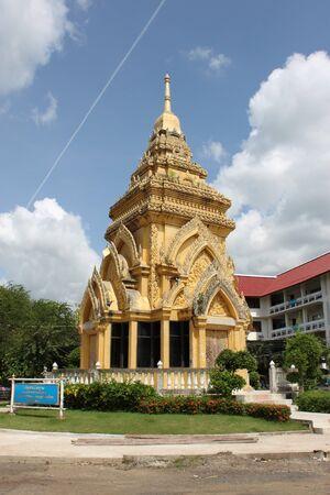 buddhist stupa: stupa budista en el templo budista tailand�s  Foto de archivo