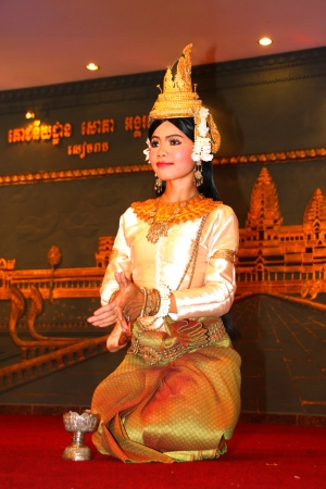 SIEMREAP, KHMER REPUBLIC - NOVEMBER 6 : The unidentified woman is performing in Khmer dance in between a dinner meeting on November 6, 2011 at Sophea Angkor Pich Restaurant, Siemreap, Khmer Republic.