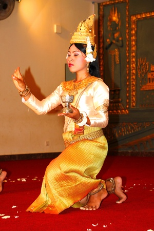 cambodge: SIEMREAP, KHMER REPUBLIC - NOVEMBER 6 : The unidentified woman is performing in Khmer dance in between a dinner meeting on November 6, 2011 at Sophea Angkor Pich Restaurant, Siemreap, Khmer Republic. Editorial