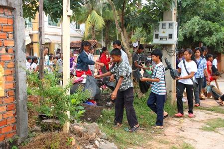Siem Reap, R�PUBLIQUE KHM�RE - 7 novembre: Les �l�ves non identifi�s sont balayant les ordures dans les rues de la ville dans la matin�e sur le chemin de leur �cole le 7 Novembre 2011 � Siem Reap, la R�publique khm�re. Editeur