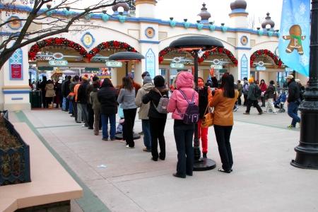 Everland, YONGIN, COR�E - 26 novembre: Le groupe non identifi� de touristes font la queue et �tre heureux � la porte d'entr�e sur Novembre 26, 2011 at Everland, Yongin, en Cor�e.