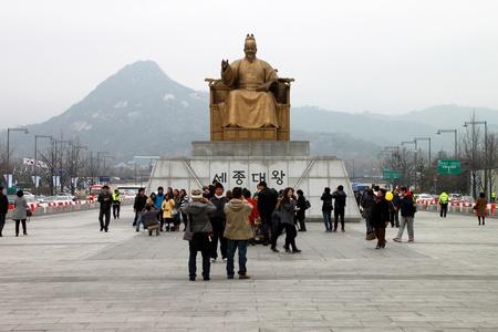 Le centre de S�oul, Cor�e - 27 novembre: Les touristes non identifi�s sont aiment voyager et d'�tre heureux en face de la statue du roi Sejong de S�oul et de la mairie sur Novembre 27, 2011 at Central Seoul, en Cor�e. Editeur