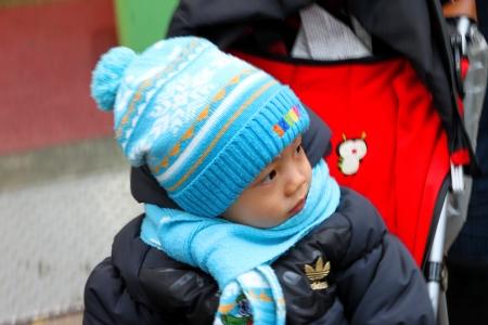 Dongdaemun, le centre de S�oul, Cor�e - 27 novembre: L'enfant non identifi� est en appr�ciant tout autour pendant que les parents sont faire du shopping dans le march� Dongdaemun sur Novembre 27, 2011 at Central Seoul, en Cor�e. Editeur