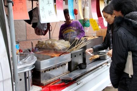 Namsangol Hanok VILLAGE, le centre de S�oul, Cor�e - 27 novembre: Les touristes non identifi�s sont en visite cor�enne village culturel et l'achat de certains aliments sur Novembre 27, 2011 at Central Seoul, en Cor�e.