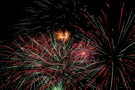 curare teneramente: Il fuoco d'artificio belli e colorati nel cielo notturno