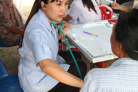 BORABUE, Mahasarakham, THA�LANDE - 19 janvier: L'infirmi�re non identifi�e est ausculter un patient le 19 Janvier 2012 au Wat Dong Keng, Borabue, Mahasarakham, Tha�lande.