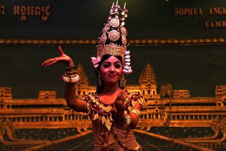 Siem Reap, R�PUBLIQUE KHM�RE - 11 f�vrier: La femme non identifi�e est l'ex�cution en khmer de danse entre un d�ner-rencontre le 11 F�vrier 2012 � Angkor Pich Sophea Restaurant, Siem Reap, la R�publique khm�re. Editeur