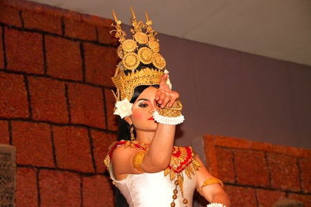cambodge: SIEMREAP, KHMER REPUBLIC - FEBRUARY 10 : The unidentified Khmer Dancer is performing on February 10, 2012 at Tonle Sap Restaurant, Siemreap, Khmer Republic. Editorial