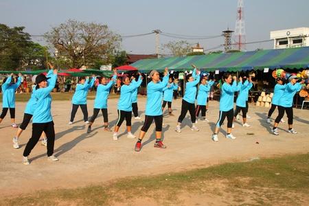 Borabue, Mahasarakham, Tha�lande - 9 f�vrier: Les femmes non identifi�es vieux effectuez la danse a�robique grand march� OTOP ouverture le 9 F�vrier 2012 � Borabue City Plaza, Mahasarakham, Tha�lande. Editeur