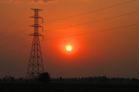 Tr�s haute tour de p�le de tension et le ciel au coucher du soleil