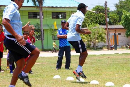 NACHUAK, Mahasarakham - 18 AVRIL: Enfants non identifi�s sont dans une clinique de formation de football sur Avril 18 2012 � l'h�tel de ville terrain de jeu, Nachuak, Mahasarakham, Tha�lande. Editeur