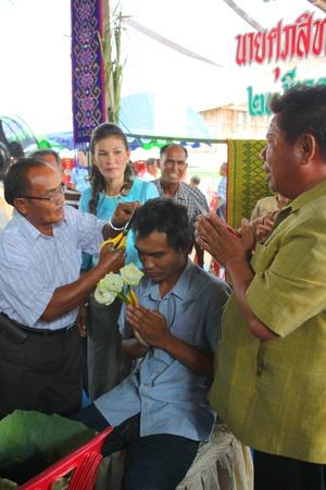 YANGSRISURAT, MAHASARAKHAM - MARCH 22 : Unidentified close relative is cutting man hair in ordination ceremony on March 22, 2012 at Wat Nongbuasantu, Yangsrisurat, Mahasarakham, Thailand. Stock Photo - 13491286