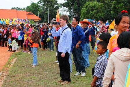 PAYAKKAPHUMPHISAI, Mahasarakham - 19 MAI: les touristes non identifi�s sont en traditionnelle nord-est tha�landais c�r�monie fus�e de ciel et le festival le 19 mai 2012 au terrain de jeu de footbal, Payakkaphumphisai, Mahasarakham, Tha�lande.