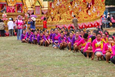PAYAKKAPHUMPHISAI, MAHASARAKHAM - 19 mei: Unidentified dansers wachten om te presteren in de traditionele noord-oosten Thaise sky rocket ceremonie en festival op 19 mei 2012 om voetbal speeltuin, PAYAKKAPHUMPHISAI, Mahasarakham, Thailand.