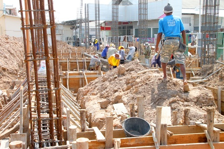 relaciones laborales: Muang, Buriram - 09 de junio: los hombres no identificados est�n trabajando en la obra el 9 de junio de 2012 a Taweekit Plaza, Muang, Buriram, Tailandia. Editorial