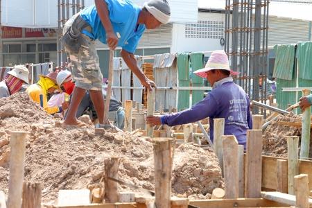 labor relations: Muang, Buriram - 09 de junio: los hombres no identificados est�n trabajando en la obra el 9 de junio de 2012 a Taweekit Plaza, Muang, Buriram, Tailandia. Editorial