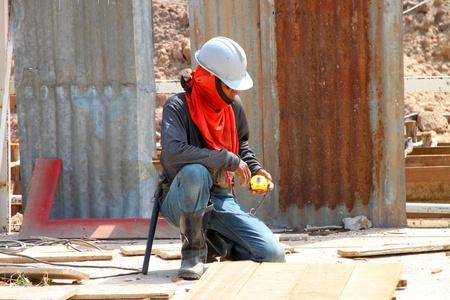 relaciones laborales: Muang, Buriram - 09 de junio: el hombre no identificado se encuentra trabajando en la obra el 9 de junio de 2012 a Taweekit Plaza, Muang, Buriram, Tailandia.