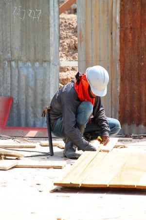 labor relations: Muang, Buriram - 09 de junio: el hombre no identificado se encuentra trabajando en la obra el 9 de junio de 2012 a Taweekit Plaza, Muang, Buriram, Tailandia.