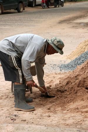 relaciones laborales: NACHUAK, MAHASARAKHAM - 14 de junio: El hombre no identificado se encuentra trabajando en la obra el 14 de junio de 2012 a las Nachuak distrito hall, Mahasarakham, Tailandia.
