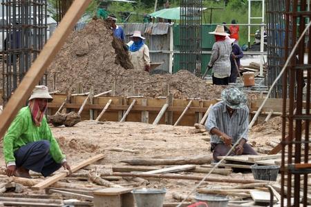 relaciones laborales: Muang, Buriram - 16 de junio: los hombres no identificados están trabajando en la obra el 16 de junio de 2012 a Taweekit Plaza, Muang, Buriram, Tailandia.